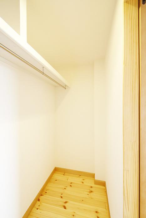 【ドヌール諏訪】402号室_北側洋室_ウォークインクローゼット_MG_6075