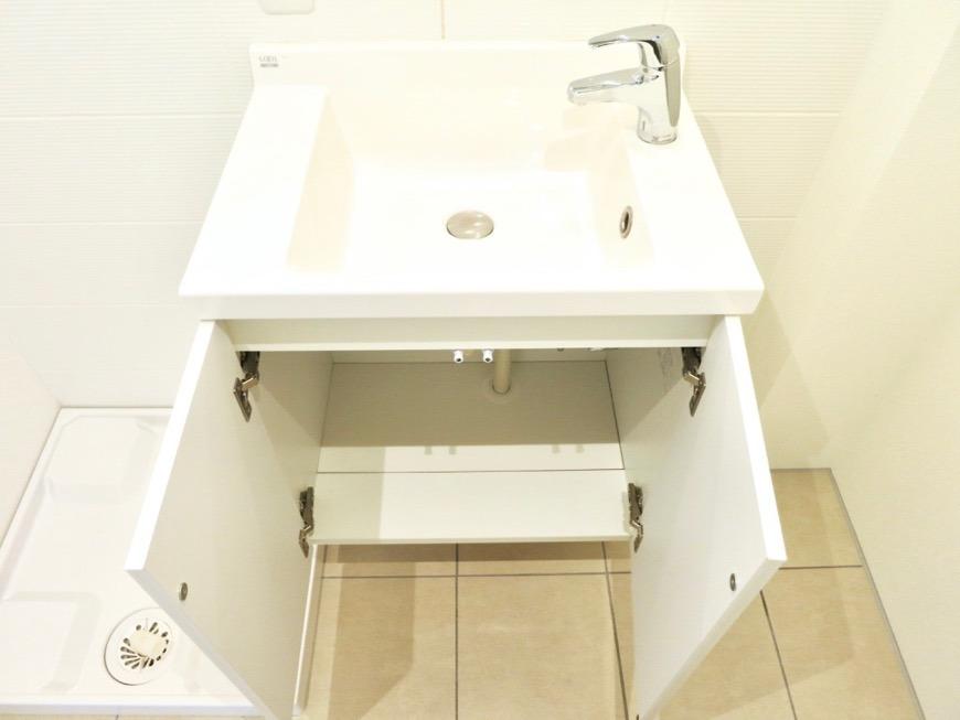パウダールーム。お手入れしやすいコーティングされた洗面台。AZUR JOSAI 3B 1