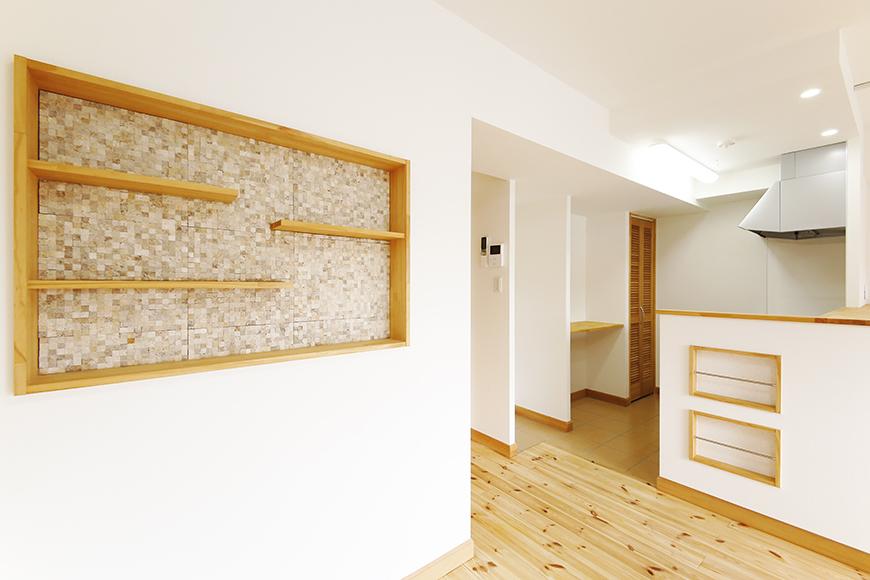 【ドヌール諏訪】203号室_LDK_飾り棚のある壁MG_5862