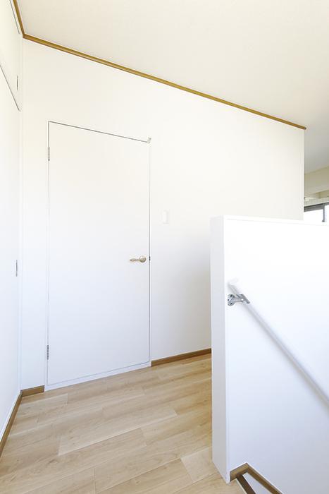 上社駅【サザン社口】三階_踊り場、洋室へのドア_MG_7281