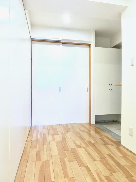 稼働扉付きキッチンスペースでスタイリッシュにお部屋を使う。AZUR JOSAI 2A 2