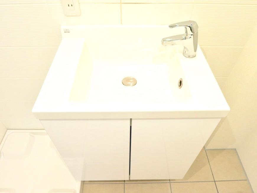 パウダールーム。お手入れしやすいコーティングされた洗面台。AZUR JOSAI 3B 0