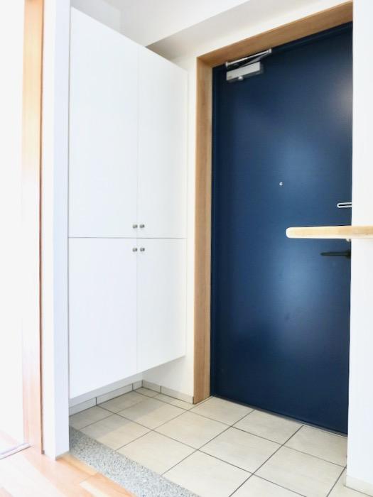 玄関。青い扉が素敵です。AZUR JOSAI 2A 1