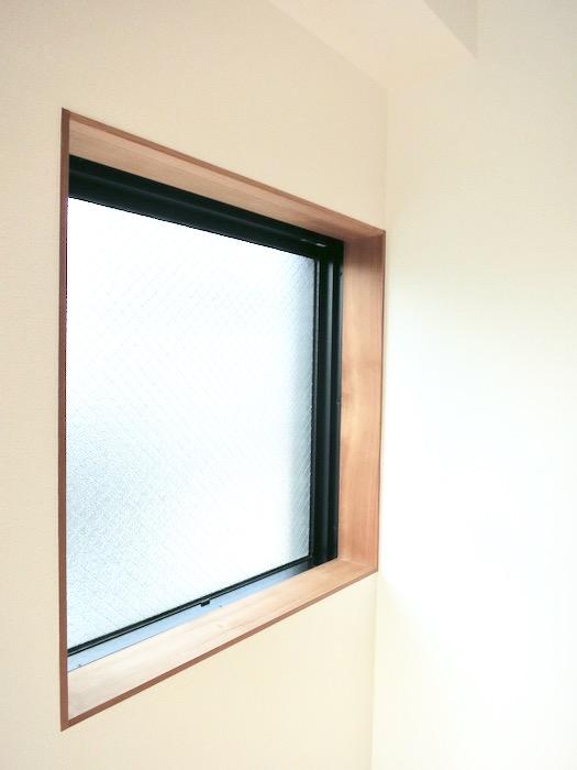 窓の木枠がとってもお洒落。AZUR JOSAI 3B 1