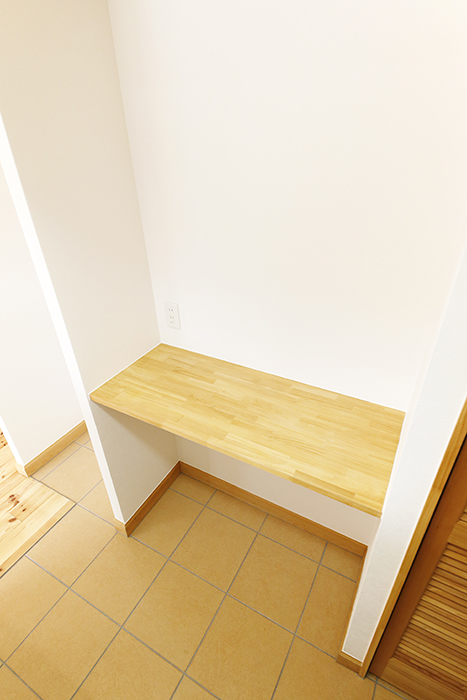 【ドヌール諏訪】203号室_LDK_キッチン周り_シンク背後の収納棚_MG_5813