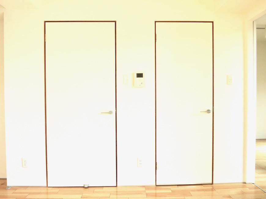 窓。木板で縁取りされたお洒落な窓。AZUR JOSAI 3B 3