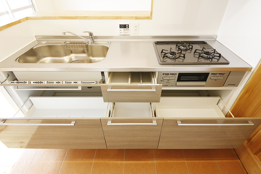 【ドヌール諏訪】402号室_LDK_キッチン周り_足もと収納_MG_6197