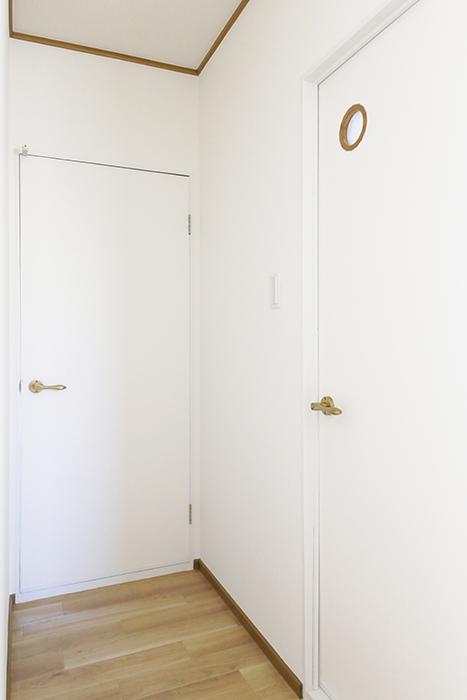 上社駅【サザン社口】二階_廊下_水周り・LDKへのドア_MG_7117
