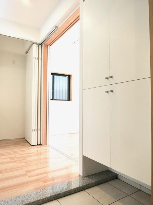 玄関。青い扉が素敵です。AZUR JOSAI 2A 3
