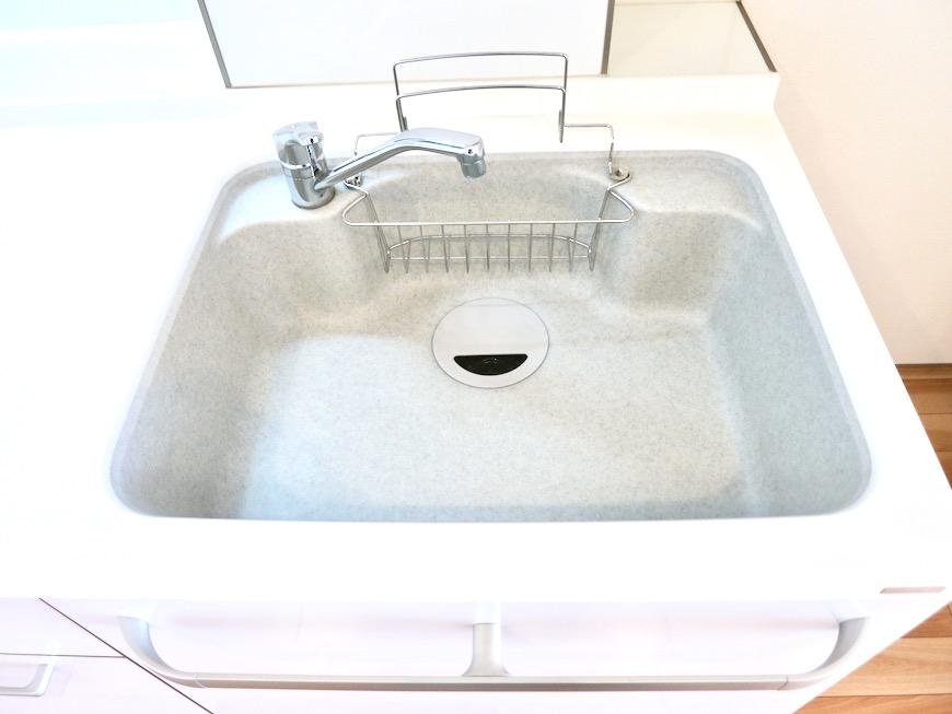 鮮やかなホワイトのキッチン台。AZUR JOSAI 2A 4