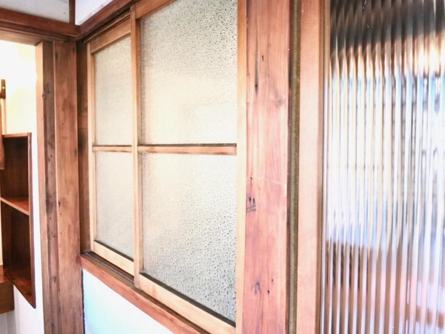 水回りがある廊下のガラスは和風レトロで粋です。古民家風戸建てリノベーション。BB Style~SAKIGAKE~2