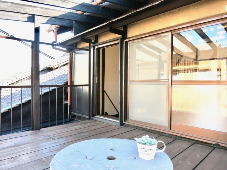 2階。広い縁側のようなウッドデッキのバルコニー。古民家風戸建てリノベーション。BB Style~SAKIGAKE~3