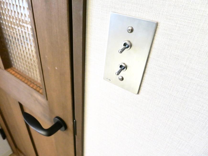7.8帖の洋間。ホワイトレンガのアクセントクロスがかっこいい。モダンヴィンテージなお部屋。ARTPIA SAKAE 501号室15