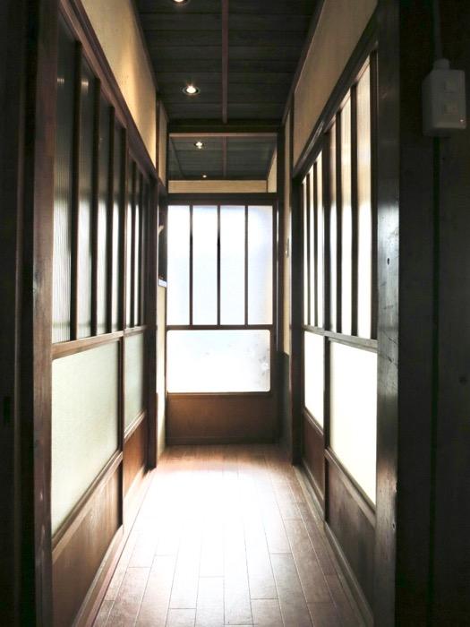 美しく引き戸が並ぶ和の廊下。古民家風戸建てリノベーション。BB Style~SAKIGAKE~1