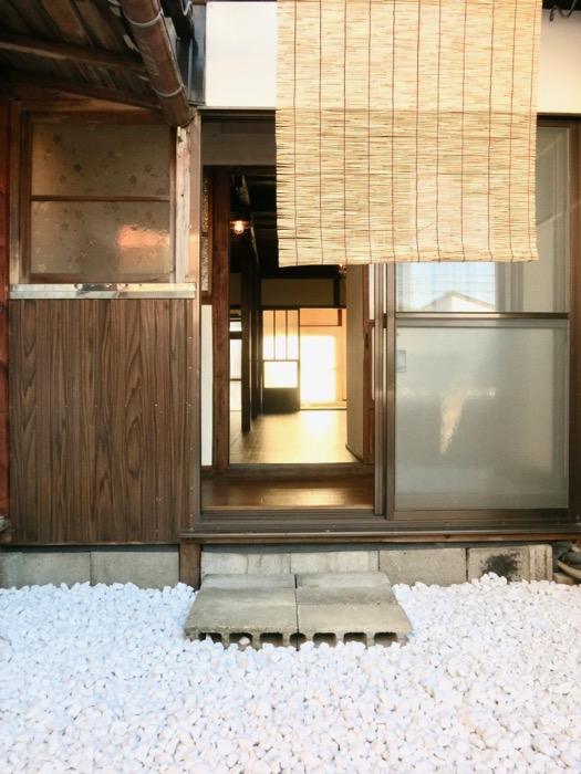 白い敷石がきれいなお庭。古民家風戸建てリノベーション。BB Style~SAKIGAKE~1