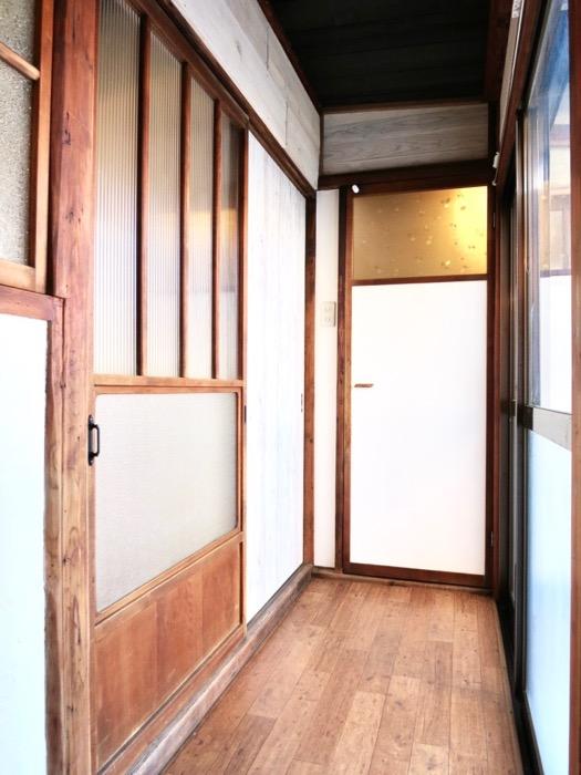 水回りがある奥の廊下も不是たっぷり。古民家風戸建てリノベーション。BB Style~SAKIGAKE~2