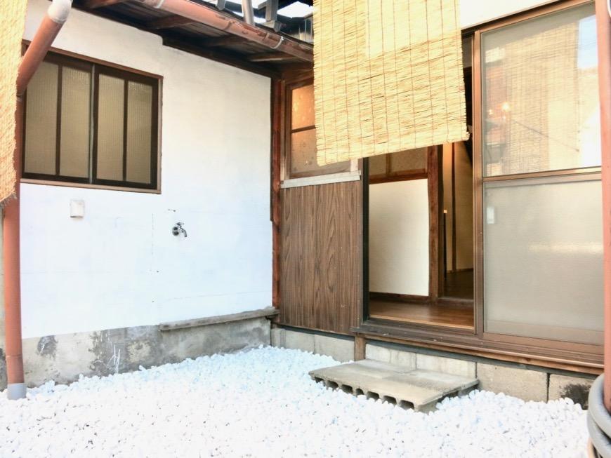 白い敷石がきれいなお庭。古民家風戸建てリノベーション。BB Style~SAKIGAKE~0