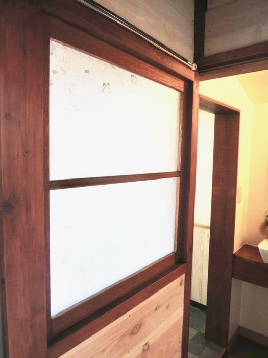 水回りがある廊下のガラスは和風レトロで粋です。古民家風戸建てリノベーション。BB Style~SAKIGAKE~1
