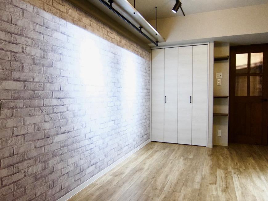 7.8帖の洋間。ホワイトレンガのアクセントクロスがかっこいい。モダンヴィンテージなお部屋。ARTPIA SAKAE 501号室16