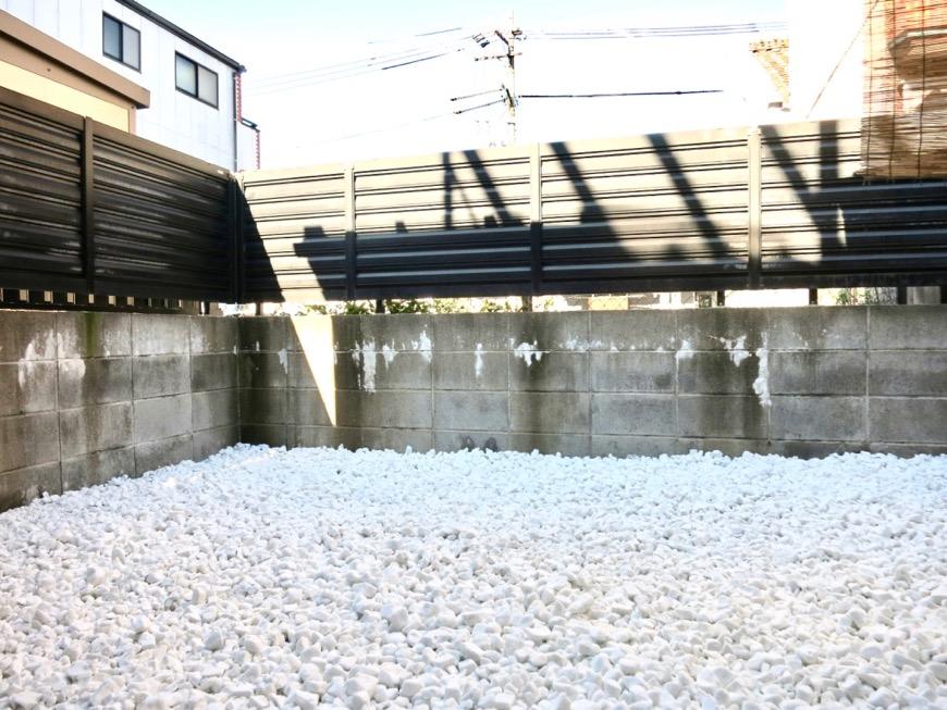 白い敷石がきれいなお庭。古民家風戸建てリノベーション。BB Style~SAKIGAKE~2