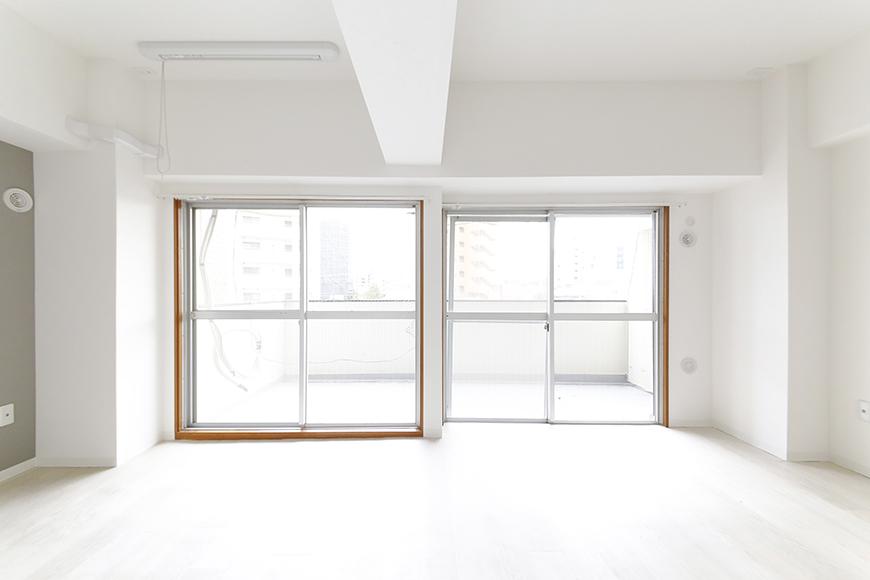【おがわビル】301号室_LDK_二つの大きな窓から明るい日差し_MG_3462