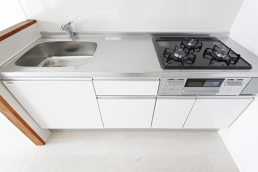 【おがわビル】301号室_LDK_キッチン周り_足もと収納_MG_3372