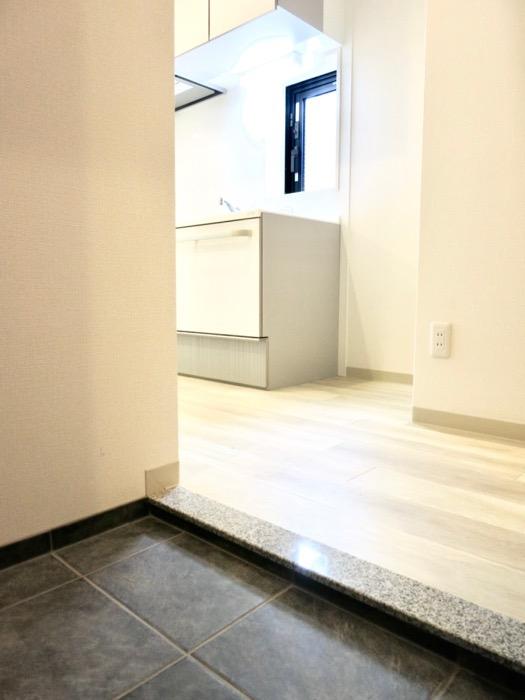 玄関。上質なタイルの床です。AZUR YABACHO 3C号室。上品なホワイトの中で。1