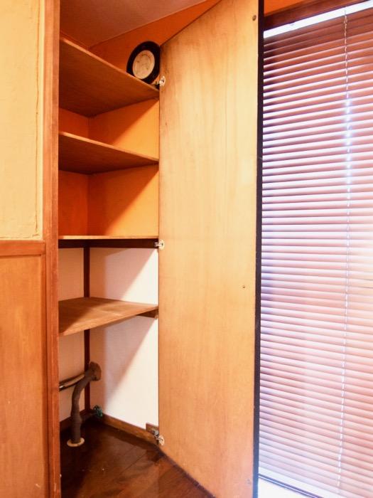 6帖の洋室。オレンジ色の漆喰の壁と味わいある腰壁。ARK HOUSE 8C8