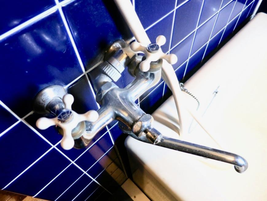 バスルーム。ブルーのタイルが鮮やかです。 ARK HOUSE 8C2