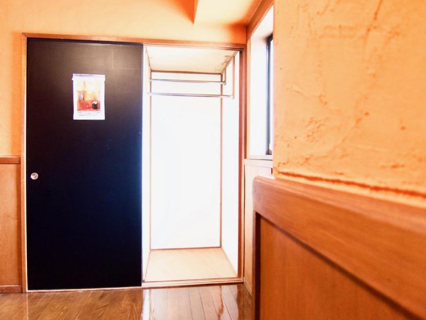6帖の洋室。ダークブルーの扉。収納。ARK HOUSE 8C2