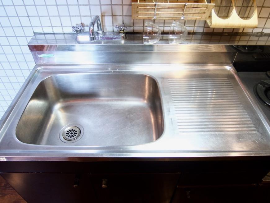 キッチン。レトロ感溢れるキッチン台。ARK HOUSE 8C3