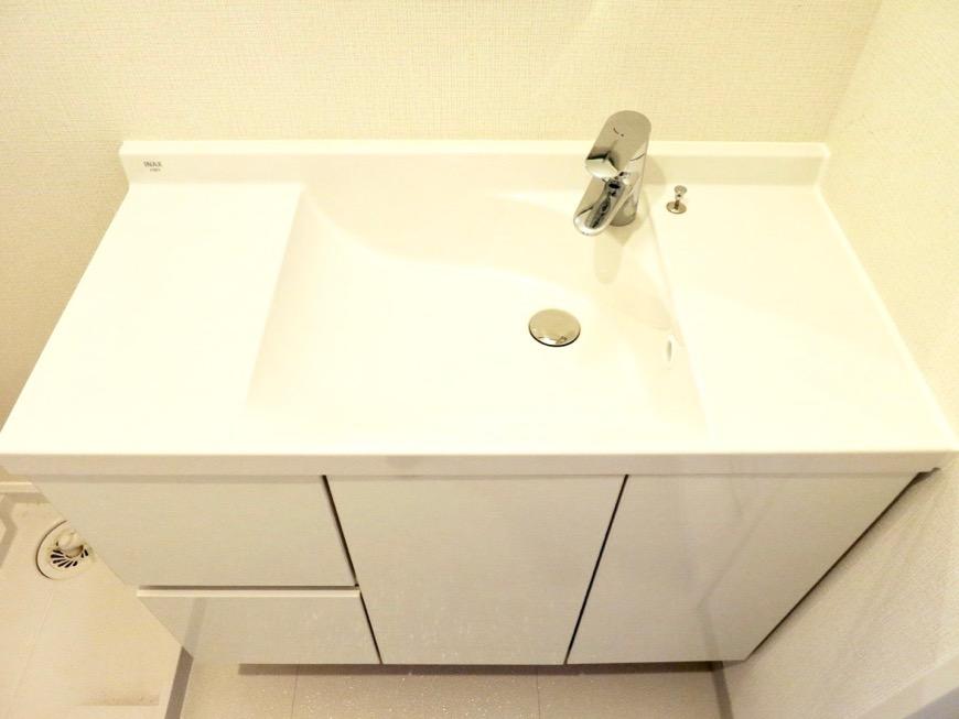 サニタリールーム。お手入れしやすいコーティング仕様。AZUR YABACHO 3C号室。上品なホワイトの中で。2
