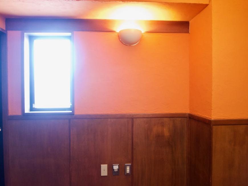 6帖の洋室。オレンジ色の漆喰の壁と味わいある腰壁。ARK HOUSE 8C10