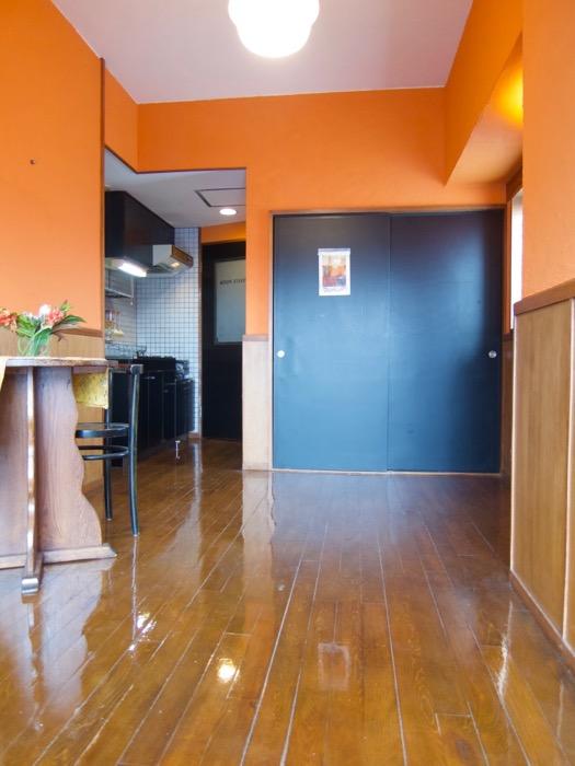 6帖の洋室。オレンジ色の漆喰の壁と味わいある腰壁。ARK HOUSE 8C17