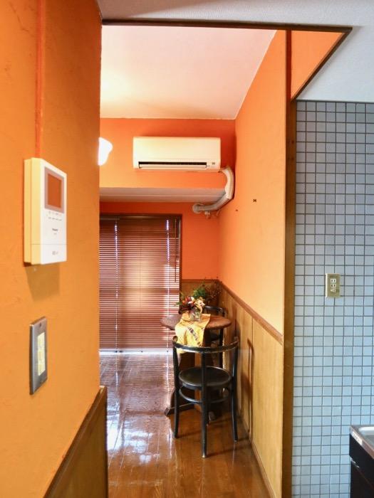 6帖の洋室。オレンジ色の漆喰の壁と味わいある腰壁。ARK HOUSE 8C23