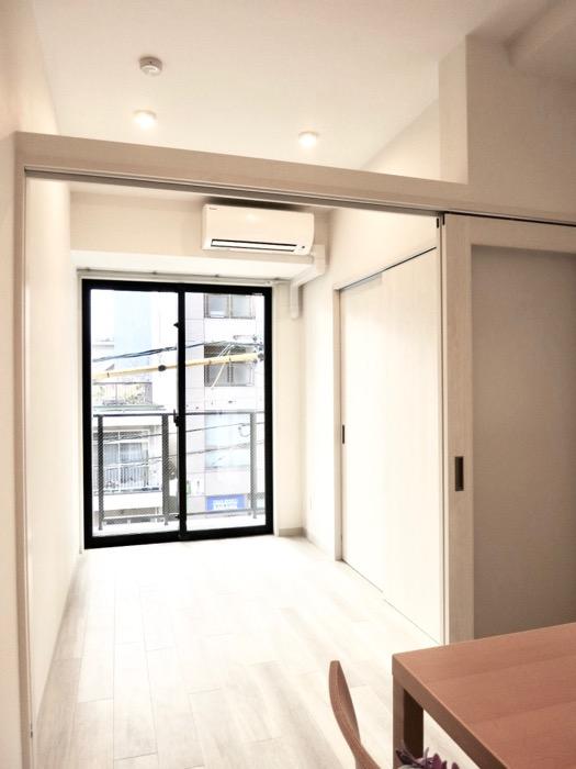3.6帖の洋室。AZUR YABACHO 3C号室。上品なホワイトの中で。7