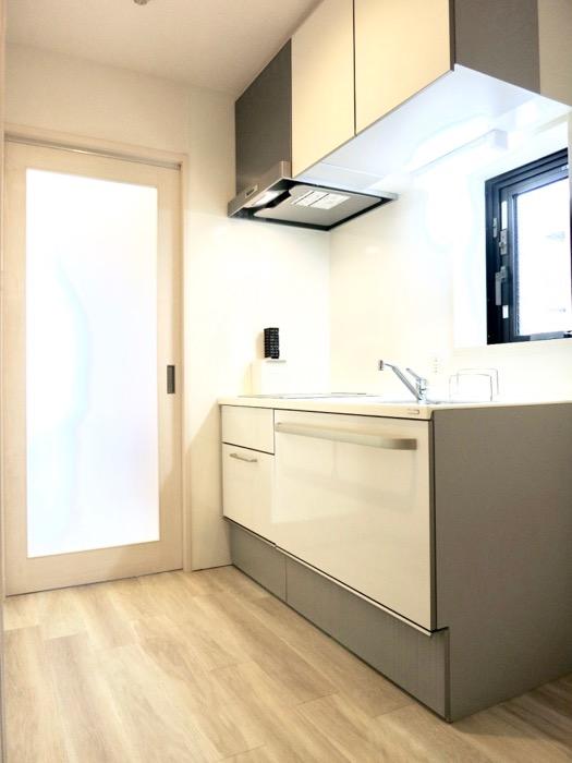 キッチンスペース。鮮やかで上品な空間。AZUR YABACHO 3C号室。上品なホワイトの中で。6