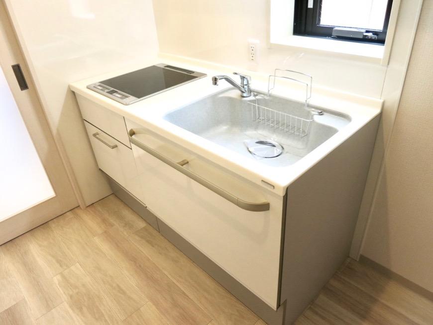 キッチンスペース。鮮やかで上品な空間。AZUR YABACHO 3C号室。上品なホワイトの中で。0