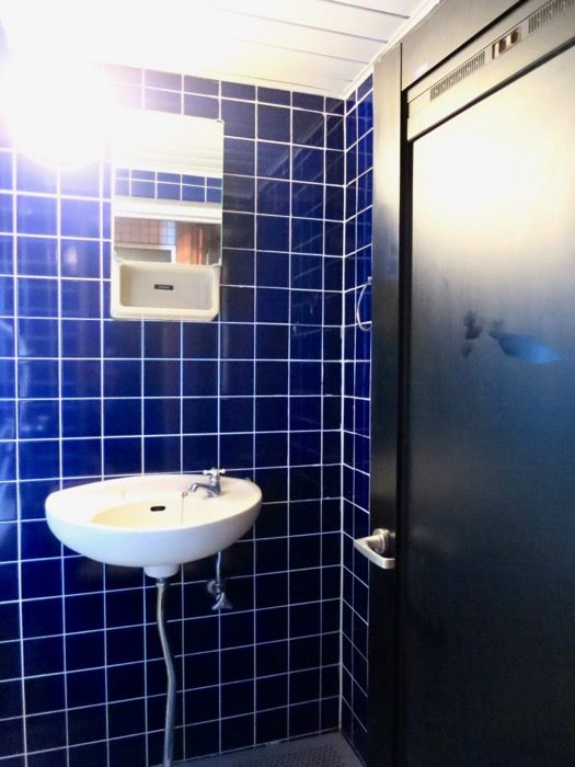 バスルーム。ブルーのタイルが鮮やかです。 ARK HOUSE 8C5