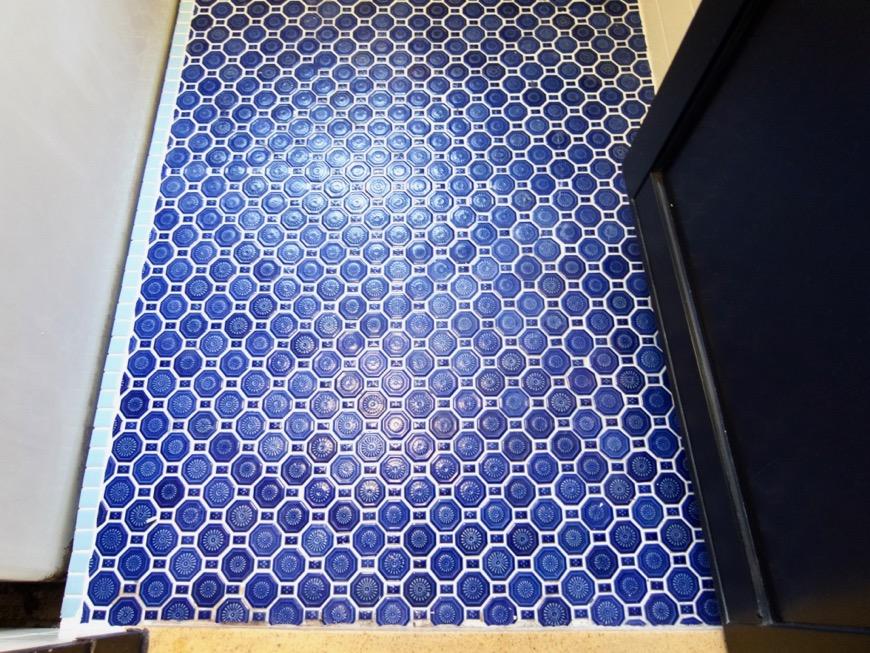 バスルーム。レトロなタイル貼り。70年代ノスタルジック Ma Chambre Fuji 406号室2