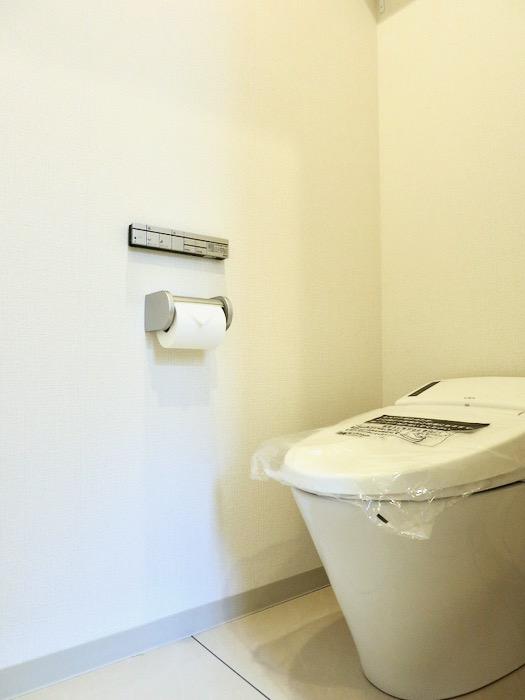 トイレ。AZUR YABACHO 3C号室。上品なホワイトの中で。23
