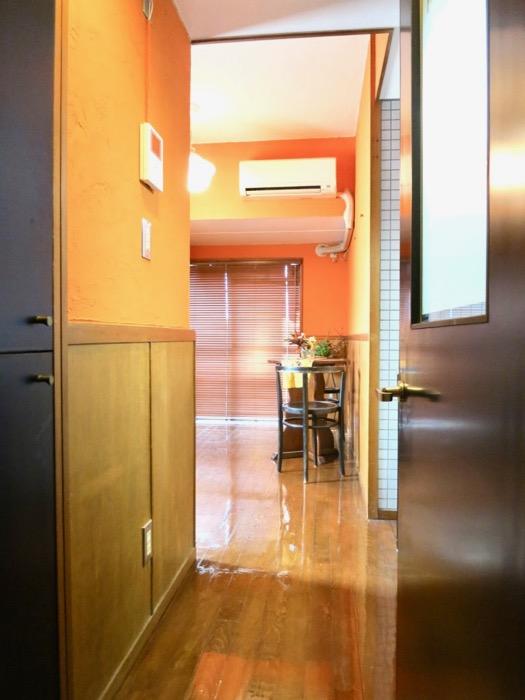 6帖の洋室。オレンジ色の漆喰の壁と味わいある腰壁。ARK HOUSE 8C22