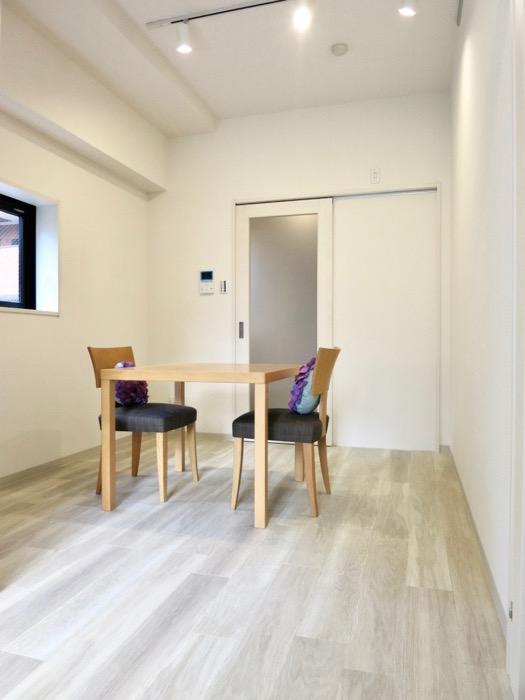 8.3帖(洋室3.6帖、D 4.7帖)の明るいお部屋。AZUR YABACHO 3C号室。上品なホワイトの中で。0