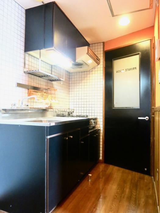 キッチン。レトロ感溢れるキッチン台。ARK HOUSE 8C8