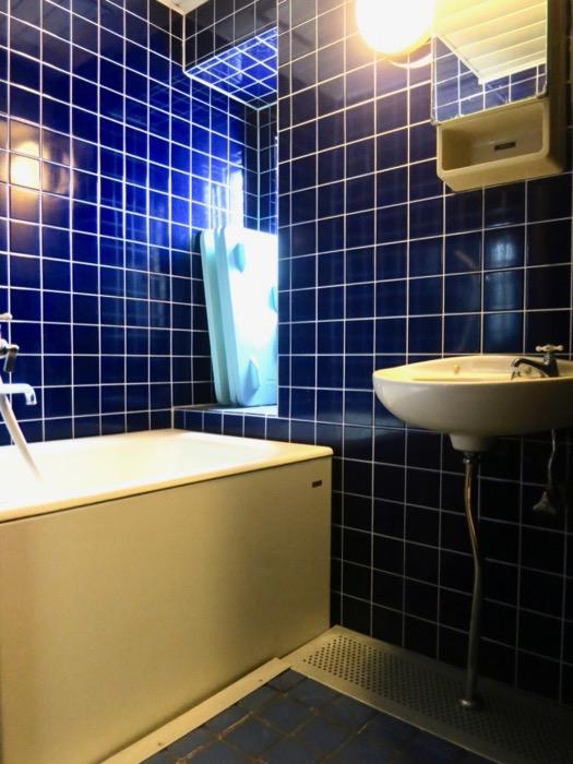 バスルーム。ブルーのタイルが鮮やかです。 ARK HOUSE 8C1