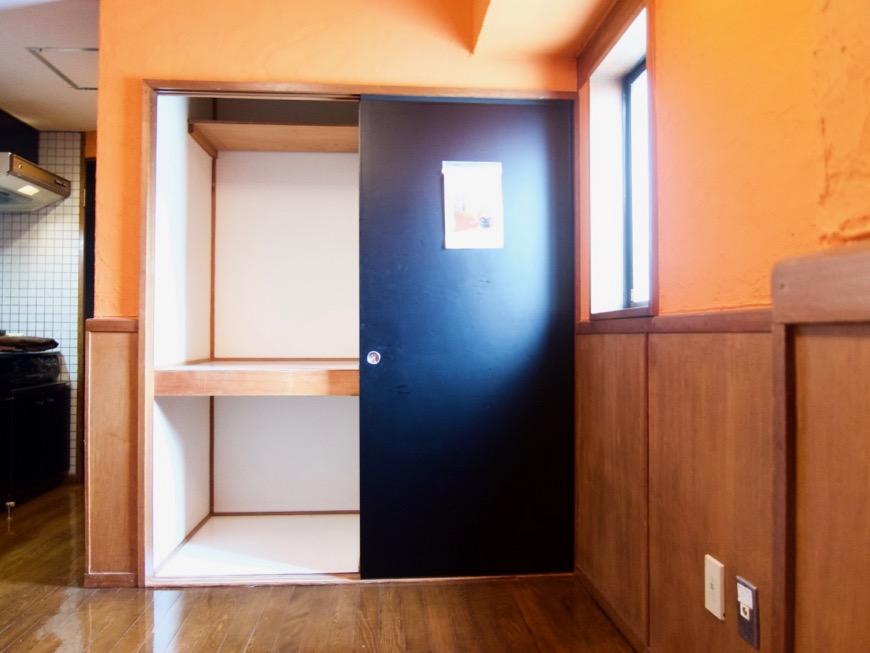 6帖の洋室。ダークブルーの扉。収納。ARK HOUSE 8C1