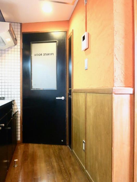 プライベートルームお洒落な扉。ダークブルーの扉。収納。ARK HOUSE 8C0