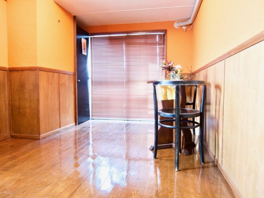 6帖の洋室。オレンジ色の漆喰の壁と味わいある腰壁。ARK HOUSE 8C2
