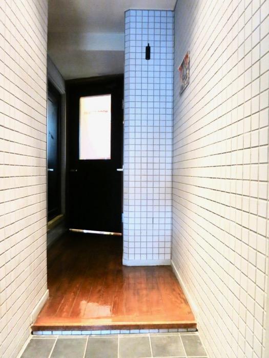 玄関。タイル張りの玄関。ARK HOUSE 8C1