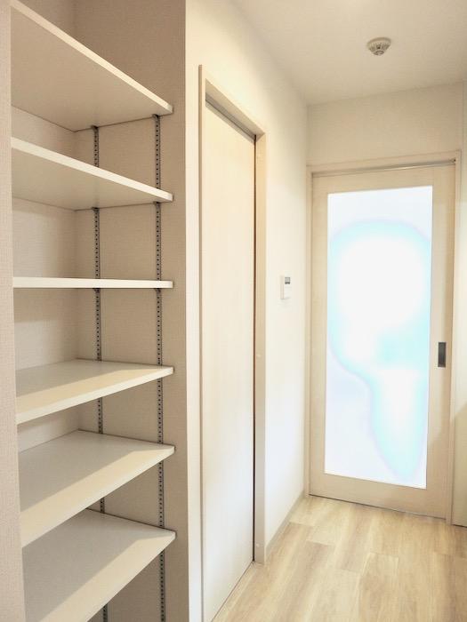 廊下収納。AZUR YABACHO 3C号室。上品なホワイトの中で。0